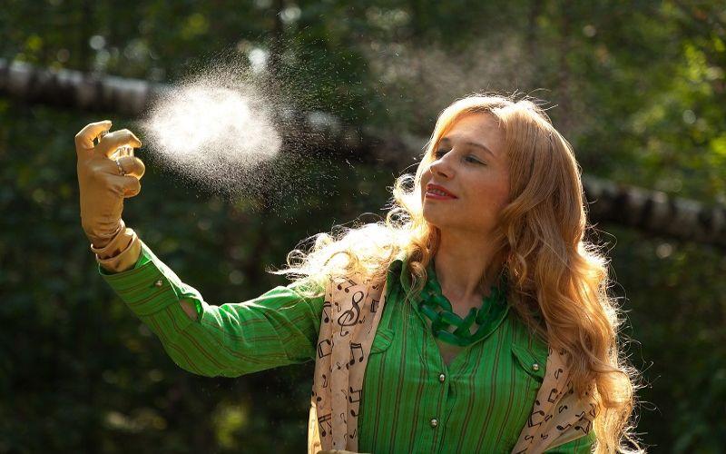 women spraying glutathione